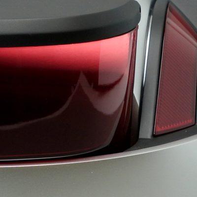 Vernis coloré, peinture aluminium satin et noir opaque satiné.