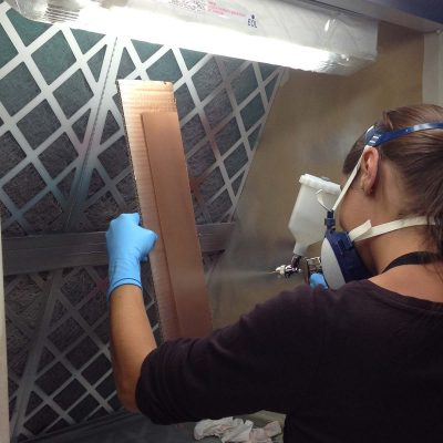 Application de peinture au pistolet pneumatique.